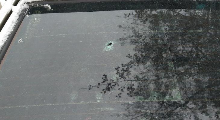 В Кирове неизвестные обстреляли машину из пневматики