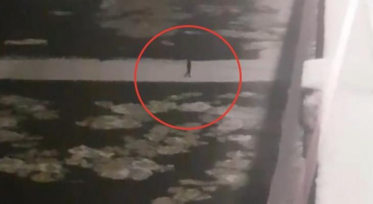 Кировчанин оказался на дрейфующей льдине: известно его состояние