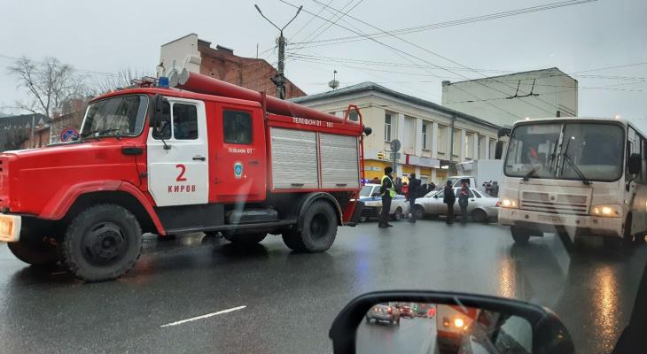 Видео: в центре Кирова из поликлиники эвакуировали 150 человек