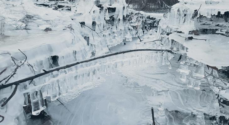 Удивительное явление: в Кировской области сфотографировали ледяные сталактиты