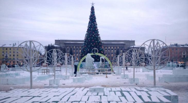 Фото дня: на Театралке нарядили главную городскую елку