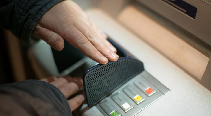 Руководителя подразделения кировского банка развели мошенники