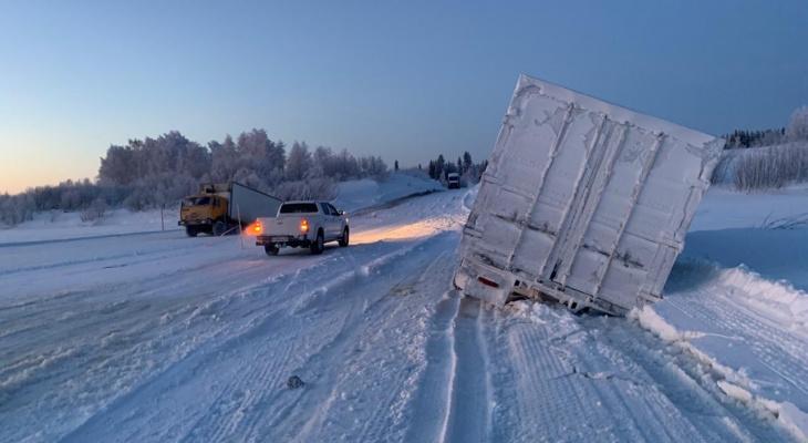 Водитель большегруза из Кирова провалился под лед на переправе в Коми