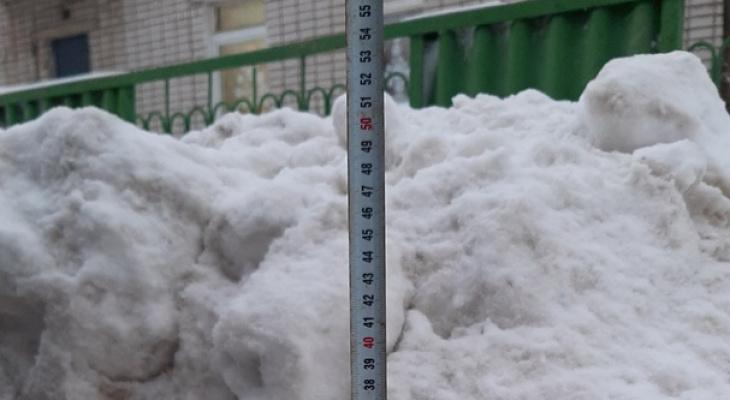 Последствия снегопада: сугробы на дорогах и тротуарах и аварии в Кирове