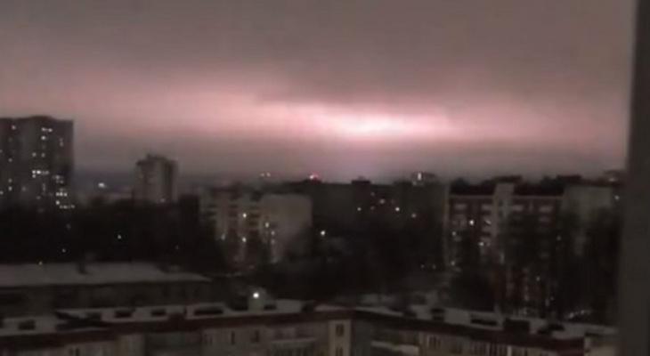 Специалист объяснил необычные вспышки в небе над Кировом
