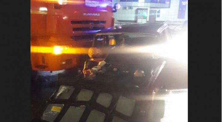 Ночью в Кирове КамАЗ протаранил легковое авто