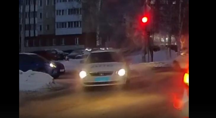 В Кирове машина ДПС проехала на красный и чуть не сбила пешехода