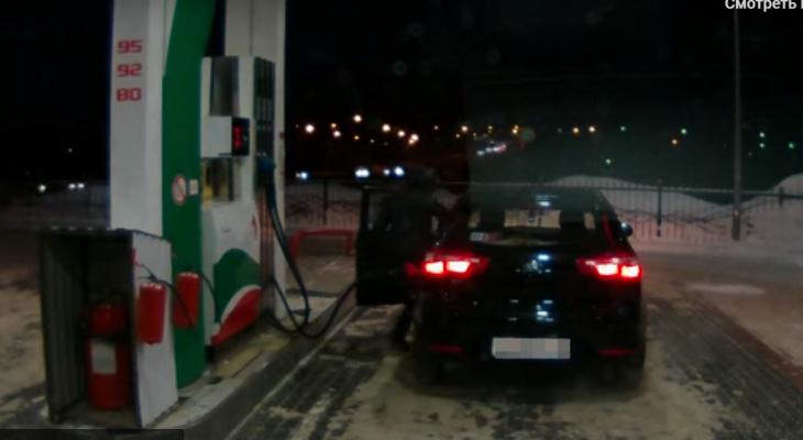 В Кирове пьяная пассажирка угнала такси с АЗС, пока водитель платил за бензин