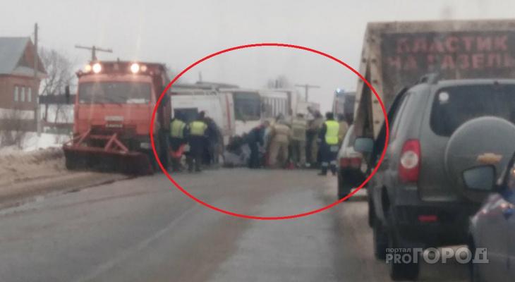 В Кирове Suzuki въехал в снегоуборщик: водителя кроссовера вырезали спасатели