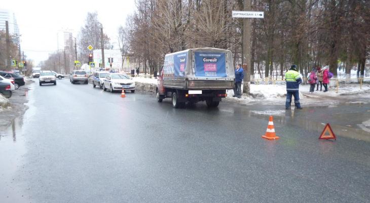 В Кирове ГАЗ сбил бабушку и внучку: пешеходы решили перебежать в неположенном месте