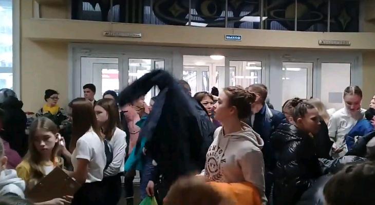 """Посетителей ДК """"Космос"""" эвакуировали из-за подозрительного рюкзака"""