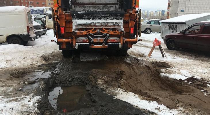 В Кирове мусоровоз буксовал во дворе на улице Ленина 18 часов