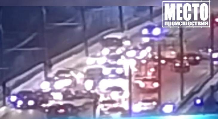 Появилось видео массовой аварии на путепроводе на Воровского