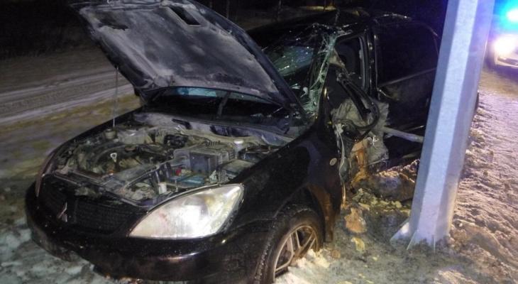 «Lancer намотало на столб, девчонку увезли на скорой». Очевидцы о ДТП на дамбе в Макарье