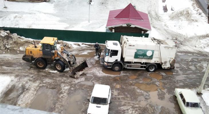 Три троса порвали: в Кирове мусоровоз застрял в яме во дворе на 8 часов