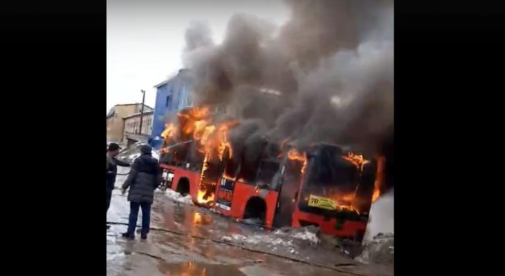 В Кирове на территории автотранспортного предприятия вспыхнул автобус