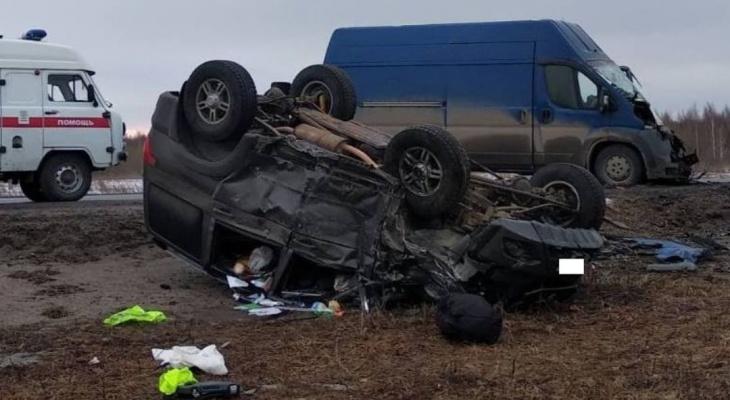 """На трассе """"Вятка"""" лоб в лоб столкнулись фургон и """"УАЗ Патриот"""": четыре человека в больнице"""