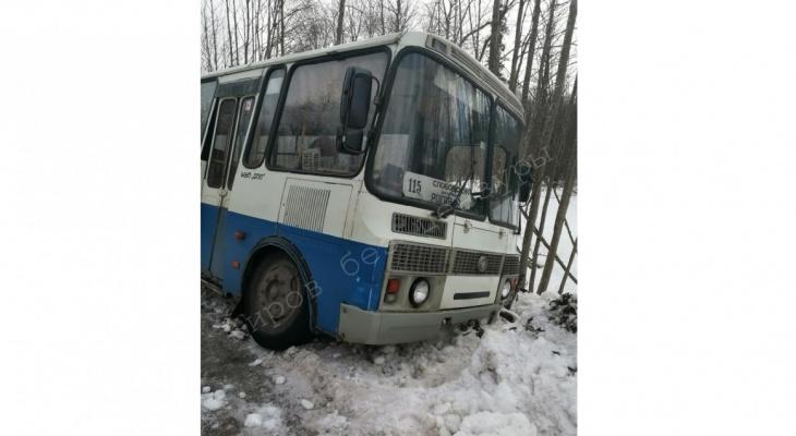 «Пассажиров забирали попутки»: в Слободском районе рейсовый автобус вылетел в кювет