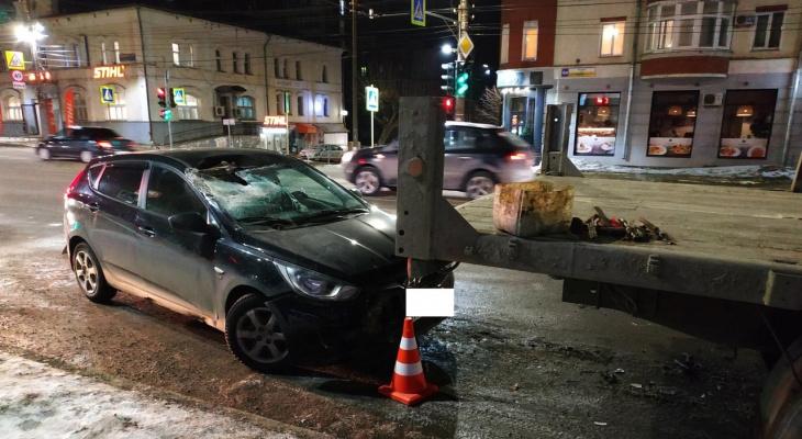 На месте скорая, пожарные, ДПС: в центре Кирова иномарка влетела в стоящий грузовик