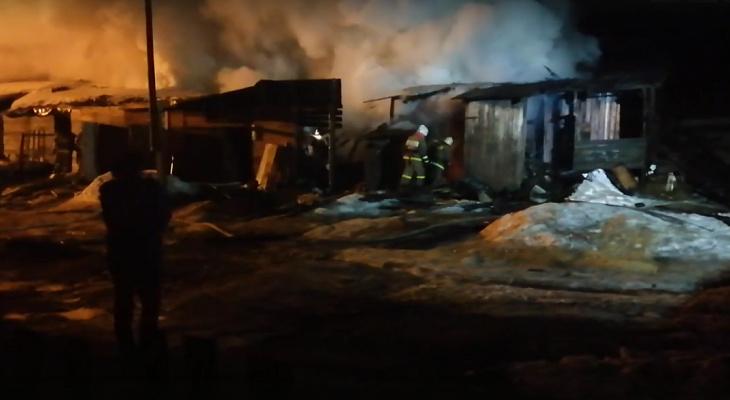 Ночью в Нововятске во время пожара взорвались газовые баллоны