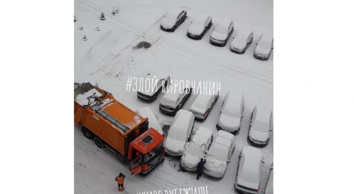 В Кирове мусоровоз протаранил припаркованные во дворе машины