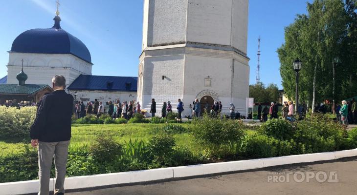 Сотни паломников пришли на богослужение к Трифонову монастырю