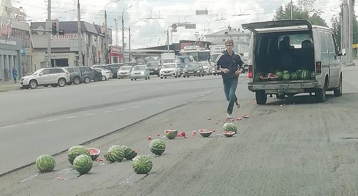 На Комсомольской площади в результате ДТП по дороге раскатились арбузы
