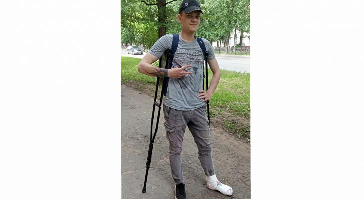 Мужчина провалился по колено в яму в центре Кирова и сломал ногу