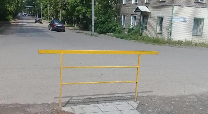 Самый бесполезный тротуар с самым бесполезным забором: кировчане об ограждении в Лянгасово