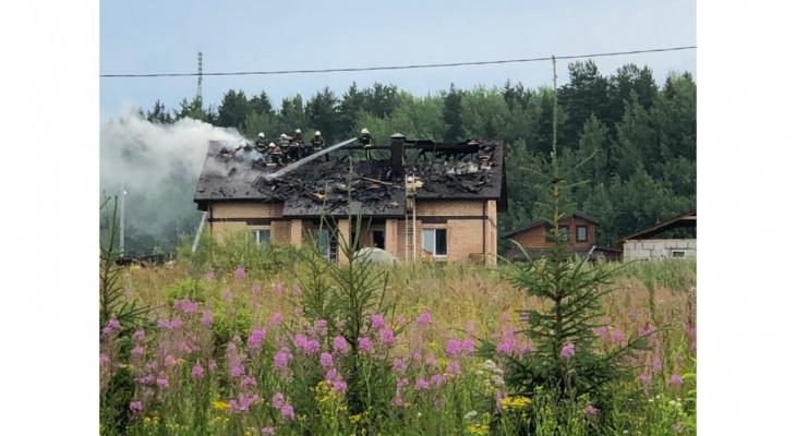 «Задымилась крыша, вспыхнул огонь»: в Ганино из-за удара молнии вспыхнул дом