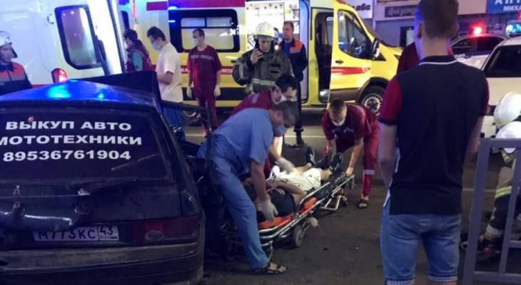 Страшное ДТП в центре Кирова: пострадавших вырезали из машины