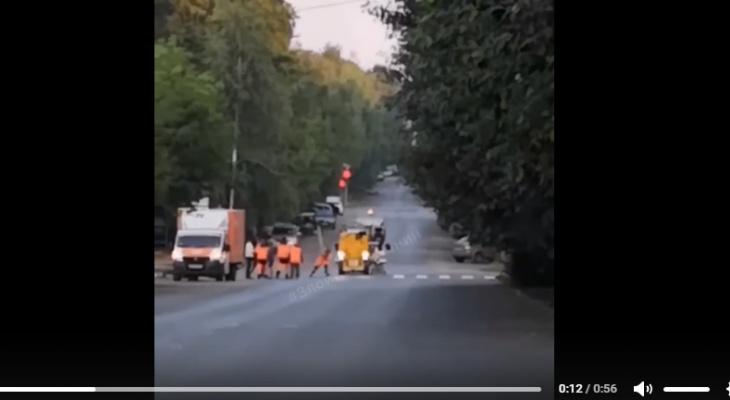 В центре Кирова произошла массовая драка между пешеходами и дорожниками
