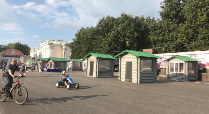 Фото дня: на Театральной площади появились торговые «избушки»