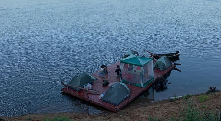 Отпуск во время пандемии: кировчане устроили кемпинг на плоту для сплава по Вятке