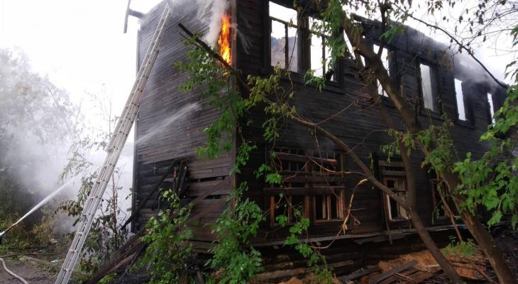 За зданием администрации Кирова ночью сгорел дом