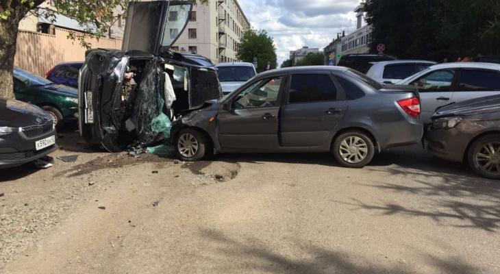 """На парковке у """"Маяка"""" столкнулись 6 машин, пострадали трое: подробности ДТП"""