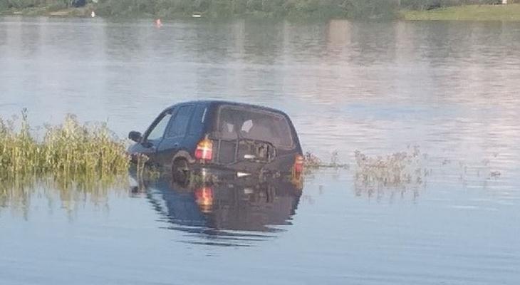 В Котельниче водитель на спор утопил в реке Вятке автомобиль