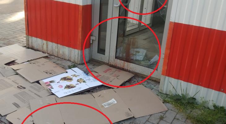 """Посетители одного из магазинов """"Магнит"""" в Кирове шокированы пятнами крови у входа"""