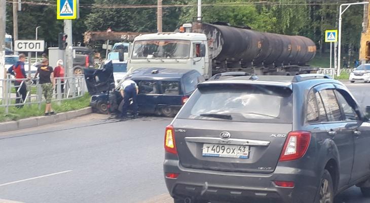 «Жестко смяло легковушку, едет реанимация»: на ЮЗР КамАЗ-бензовоз протащил ИЖ