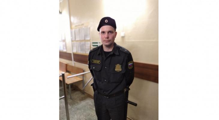 В Афанасьево судебный пристав спас из пожара многодетную семью