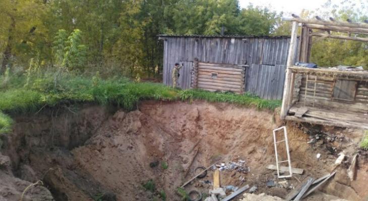 Вместо постройки осталась глубокая воронка: в Кировской области под землю провалился дом
