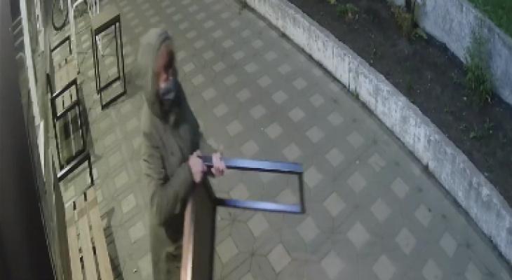 В Кирове произошла необычная кража: женщина украла стол у кафе в центре города