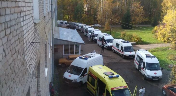 В сети появилось фото очереди из скорых у госпиталя для больных пневмонией в Кирове