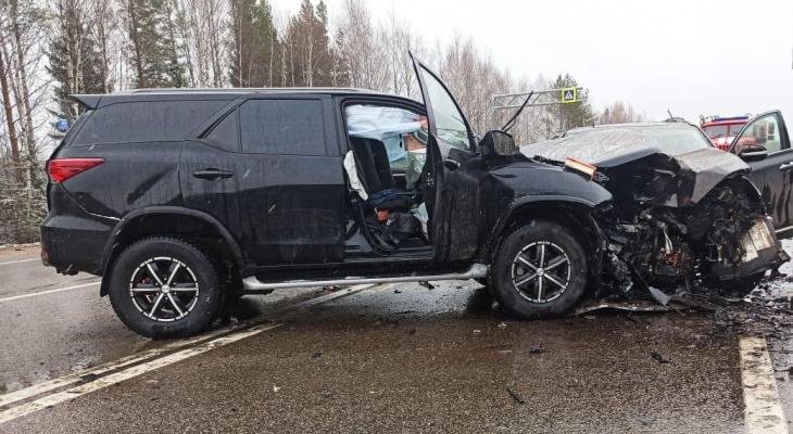 Утром на трассе в Кировской области при столкновении двух иномарок погибли 2 человека