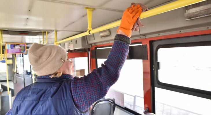 В общественном транспорте Кирова появились диспенсеры с антисептиком