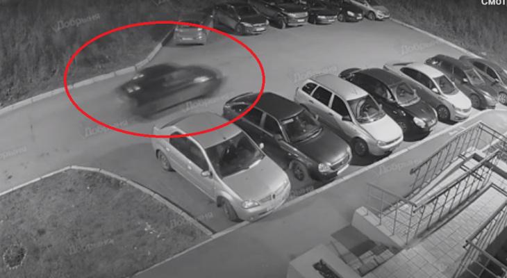 В кировском дворе машина «завелась» и протаранила две легковушки