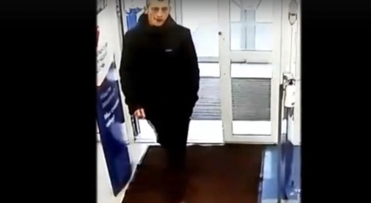 В Кирове ищут вора спортивной одежды, попавшего на видео