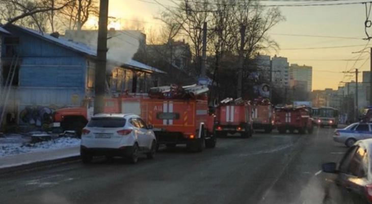 В Кирове загорелся заброшенный дом: на месте работали спасатели и реанимация