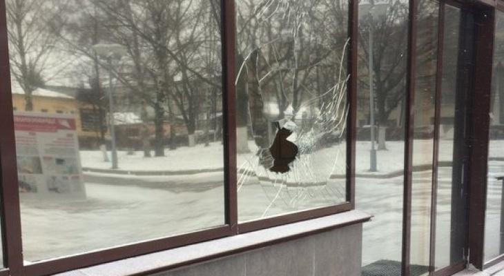 В здании правительства Кировской области вновь разбили окно