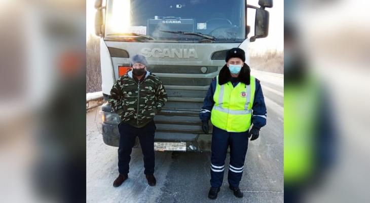 Никто не останавливался: на кировской трассе спасли замерзающего водителя
